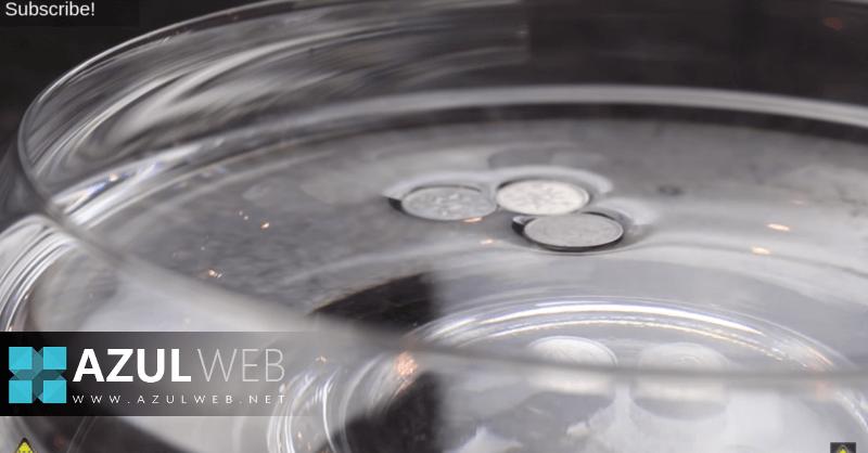 Cómo hacer que una moneda de metal flote sobre el agua