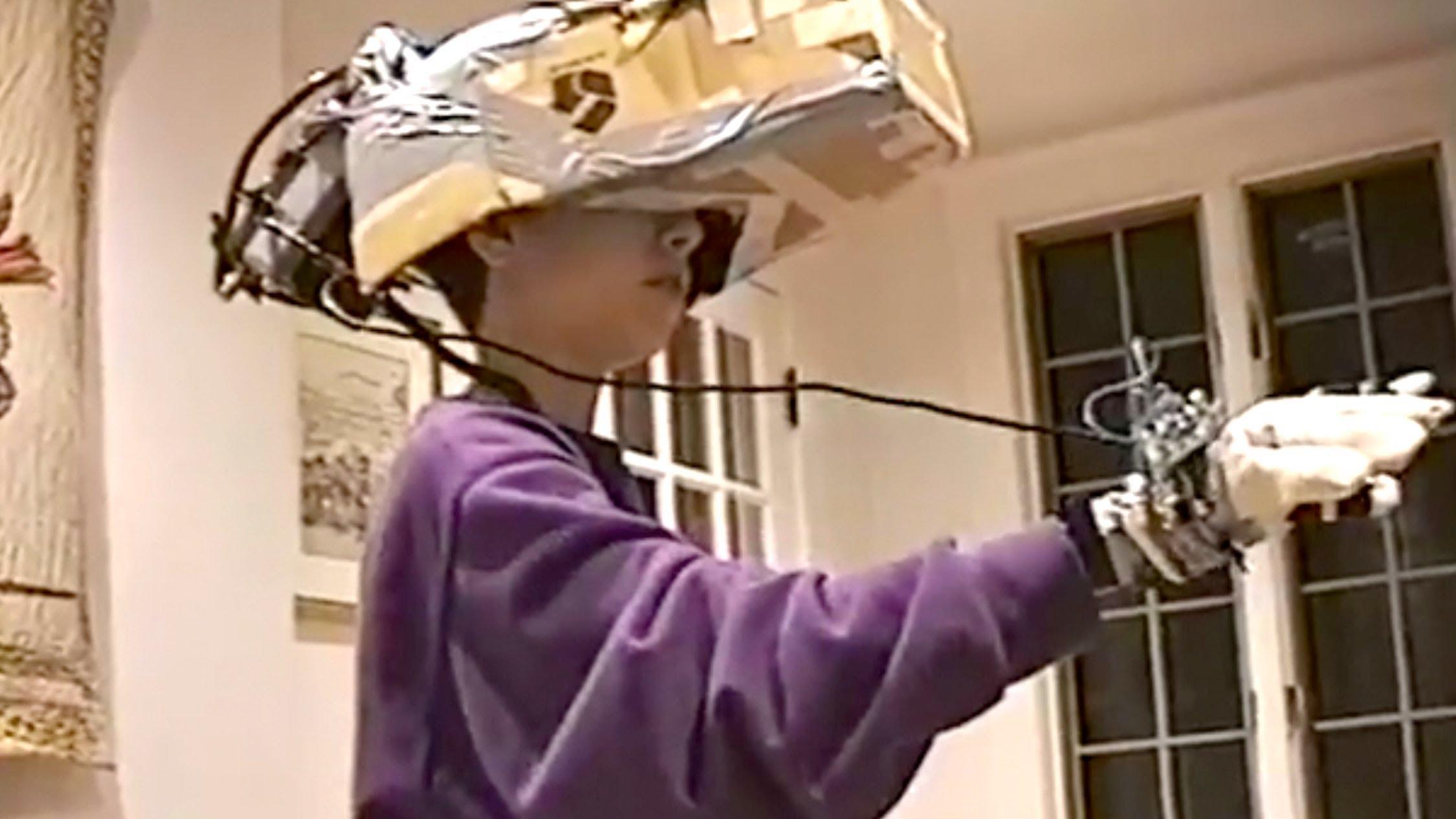 El niño que imaginó en 1993 cómo debería ser un casco de realidad virtual y lo fabricó