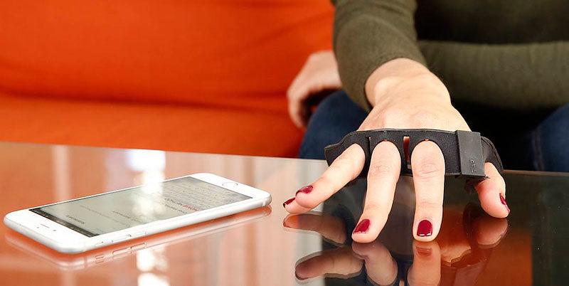 Convierte cualquier superficie en un teclado con este accesorio